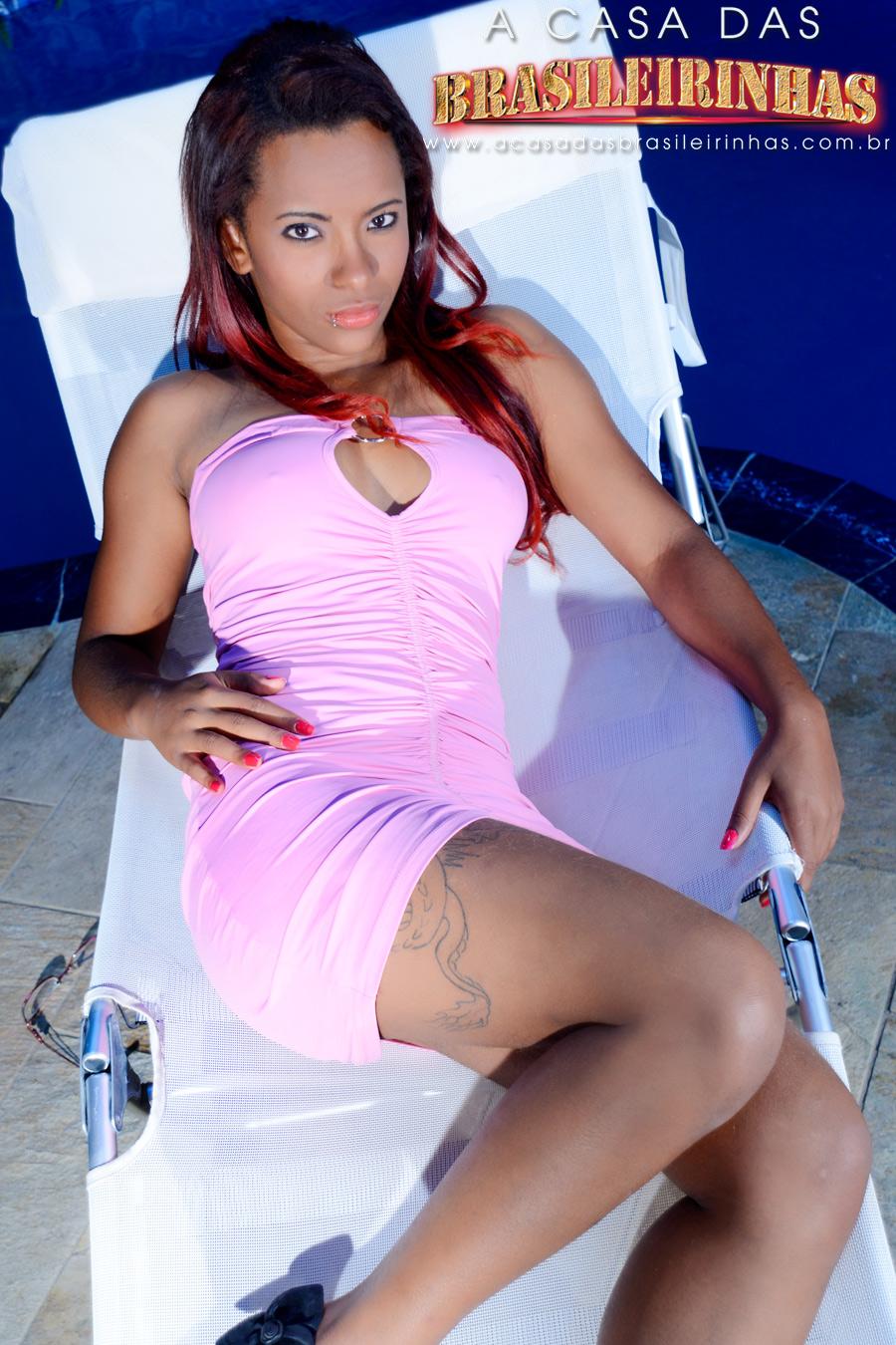 samira-deitada-de-vestido-rosa.jpg