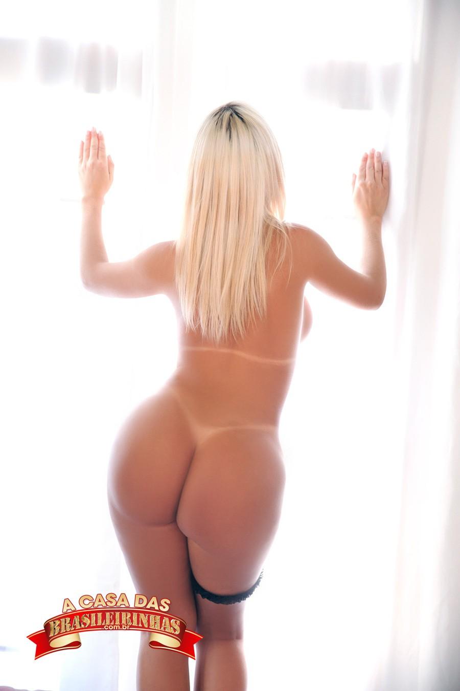 Mirella-Mansur-de-costas-na-janela.jpg