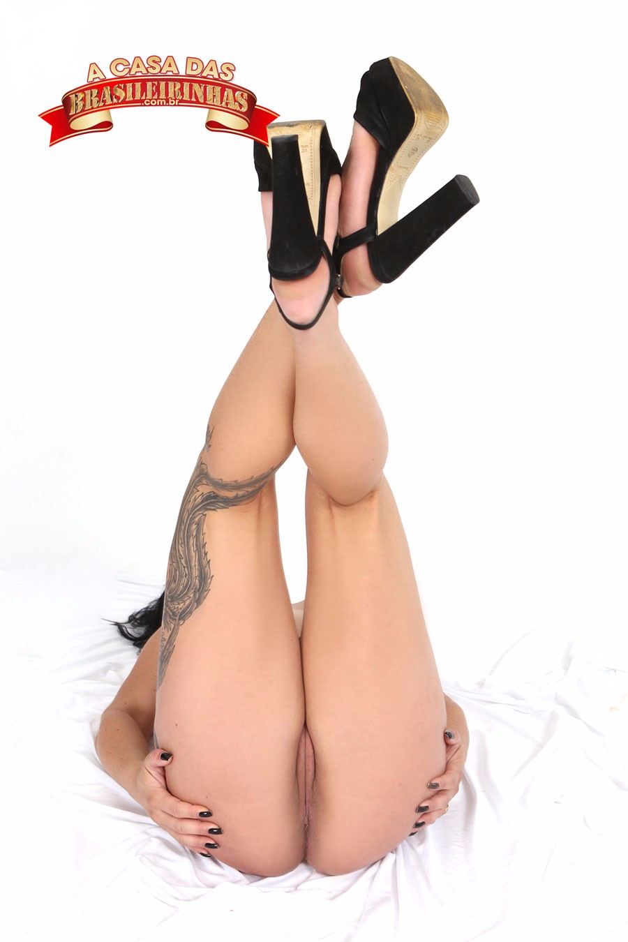 Thiara-Fox-com-as-pernas-para-cima.jpg