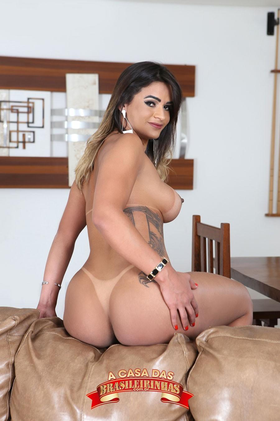 Luna-Oliveira-sentada-de-costas.jpg