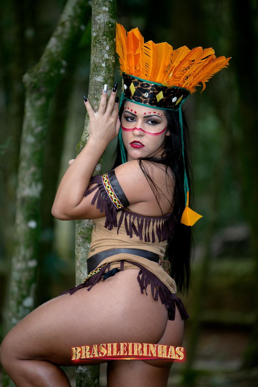 Rebecca-Santos-agarrando-a-arvore.jpg