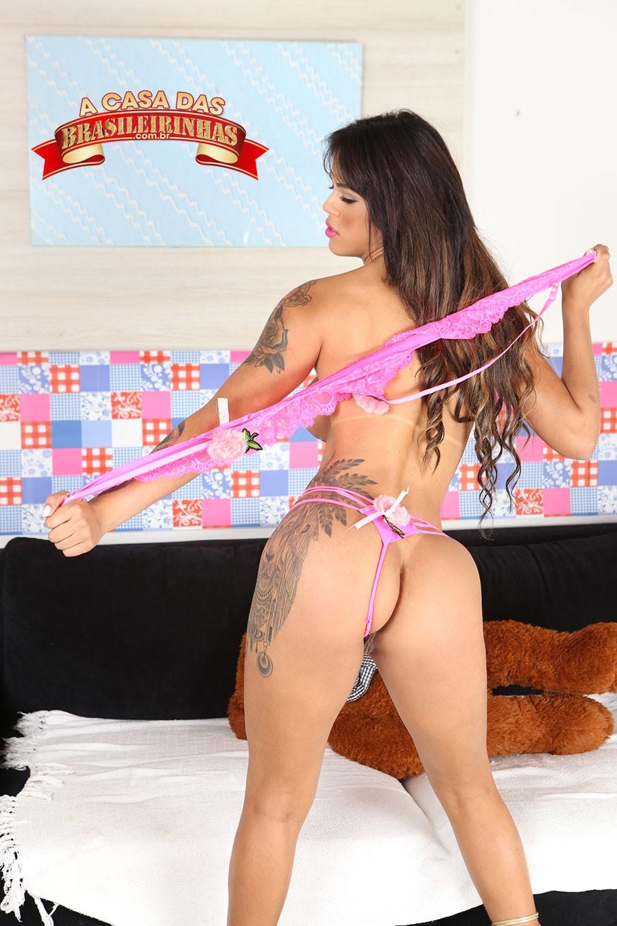 Shayenne-Samara-tirando-a-roupa.jpg