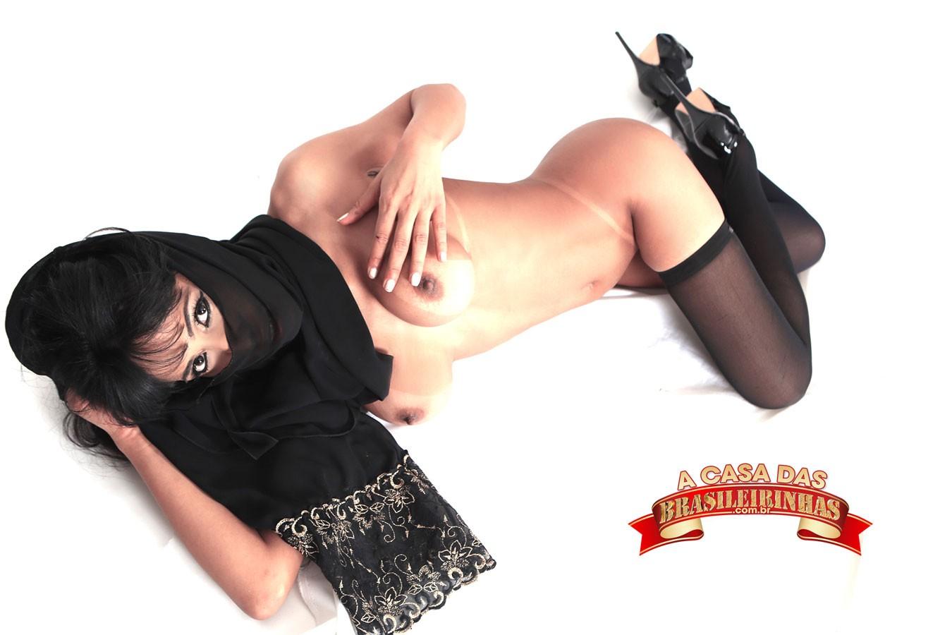 Alessandra-Smith-cobrindo-o-rosto-com-lenço.jpg