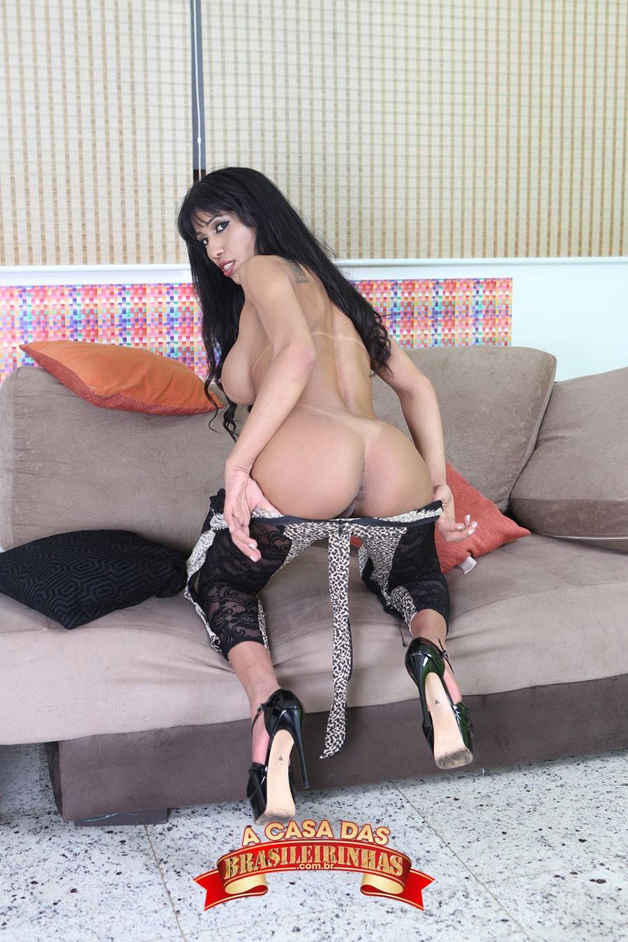 Alessandra-Smith-tirando-a-roupa.jpg