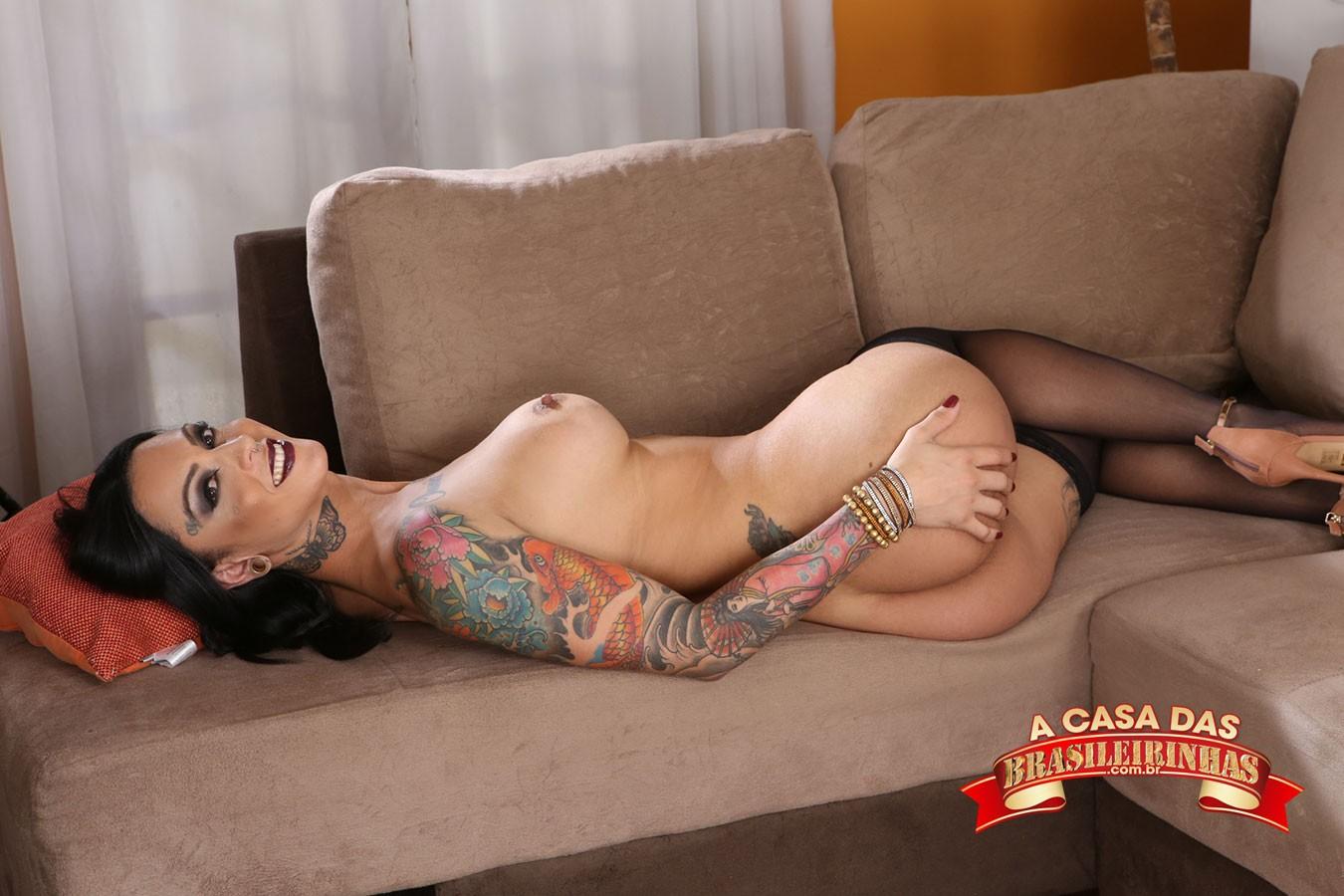 gata-tatuada-pelada-no-sofa.jpg