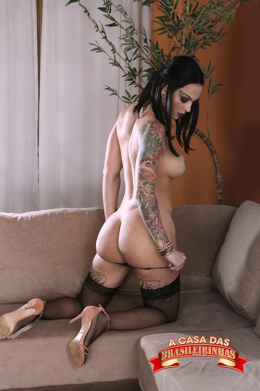 morena-sexy-tirando-a-calcinha.jpg