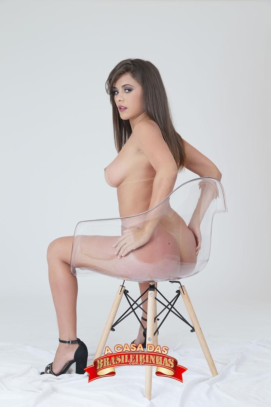 Paola-Gurgel-na-cadeira-transparente.jpg
