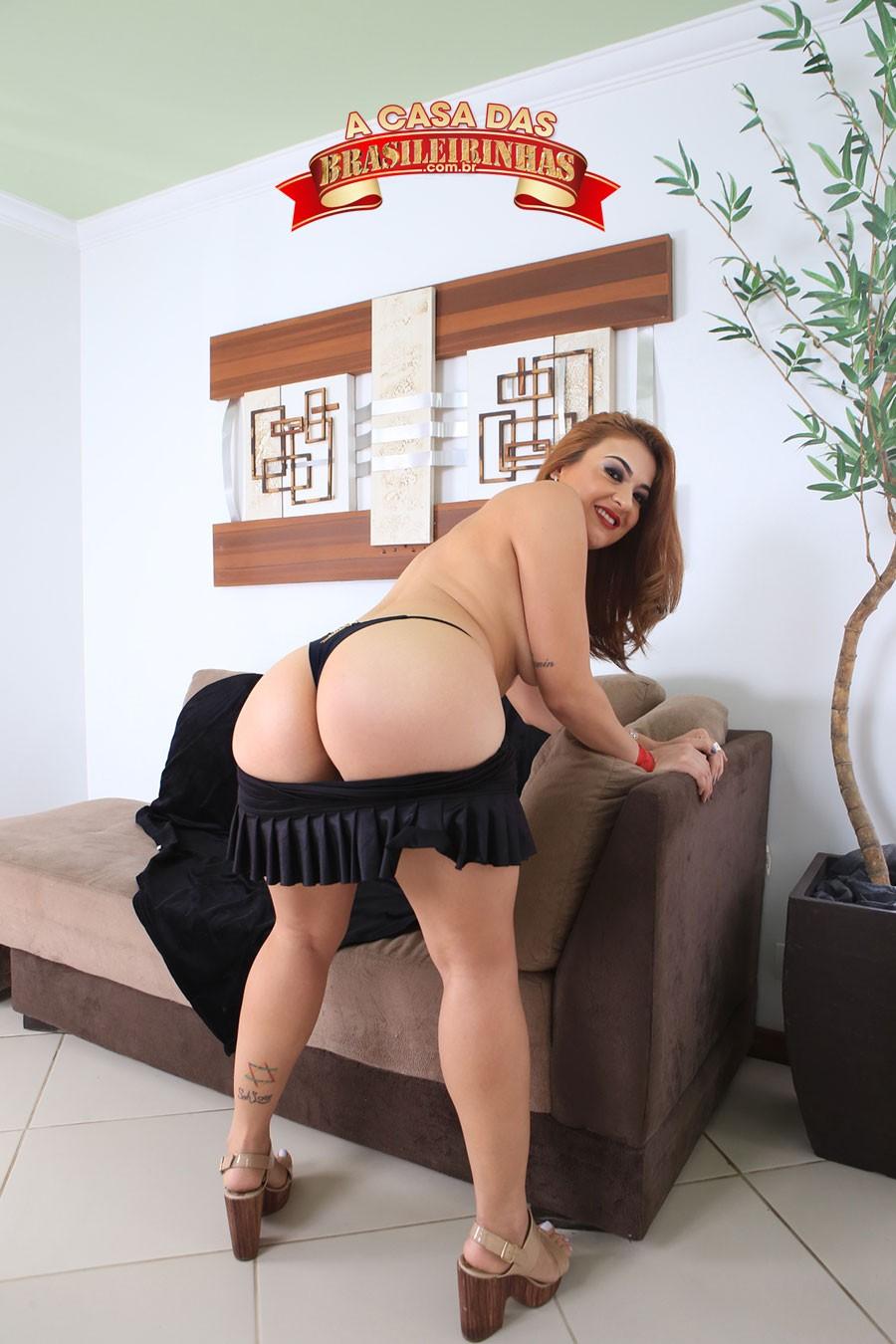 Tais-Daeva-de-costas-apoiando-no-sofa.jpg