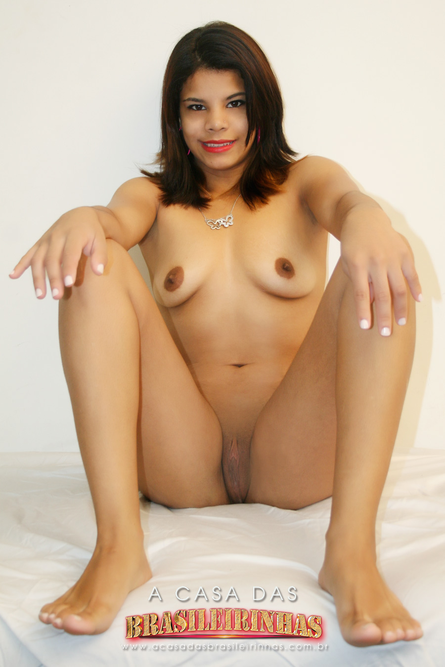 thaina-sentada-pelada.jpg