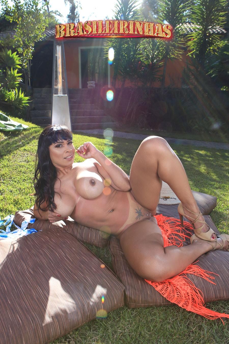 atriz-porno-Jéssica-Winchester-no-jardim.jpg