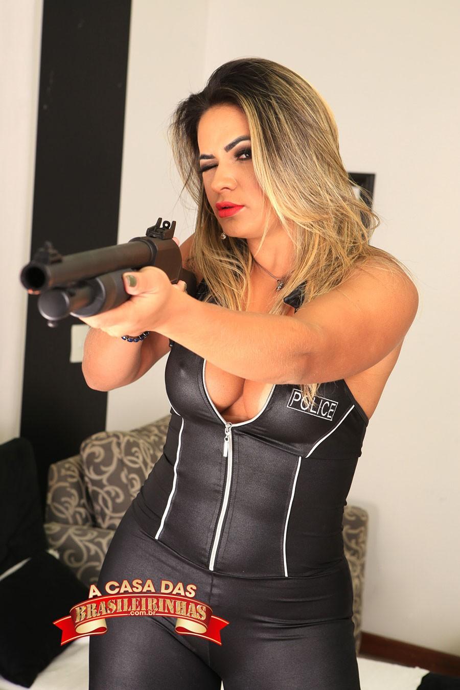 Luna-Oliveira-apontando-a-arma.jpg