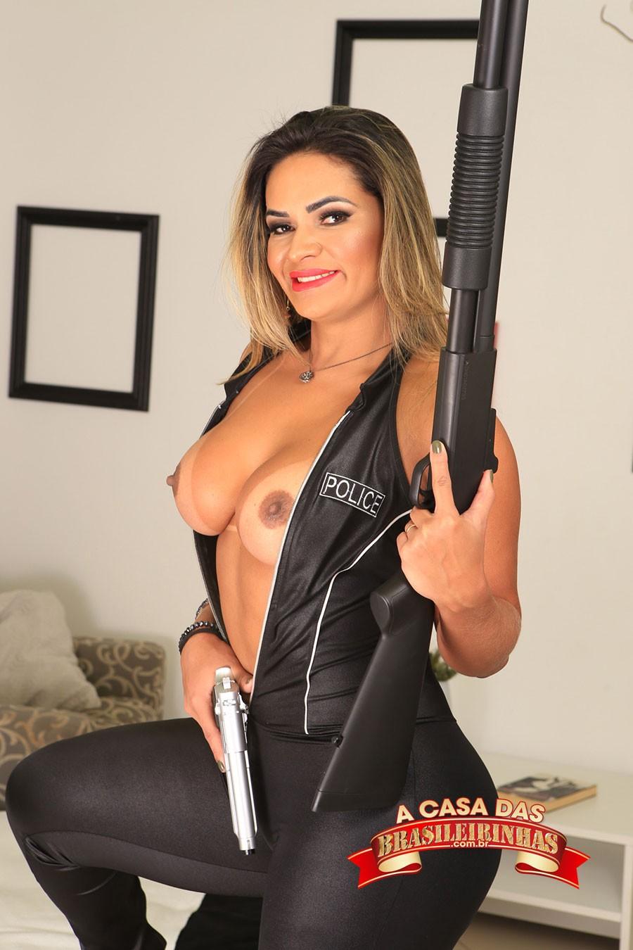 pornstar-Luna-Oliveira-vestida-de-policial.jpg