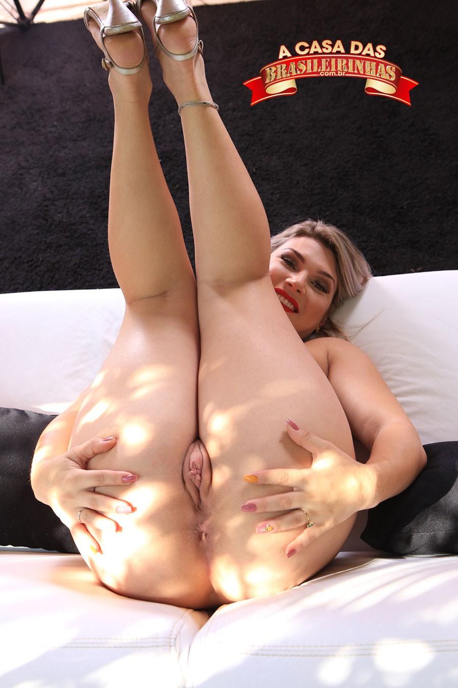 Melody-Antunes-mostrando-a-bucetinha-depilada.jpg