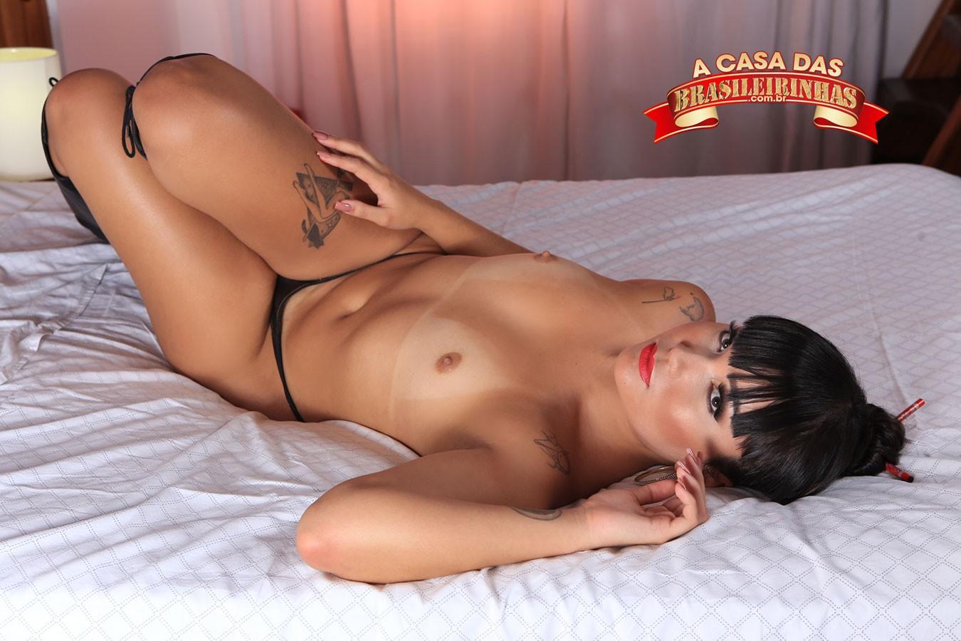 Lina-Nakamura-deitada-peladinha.jpg
