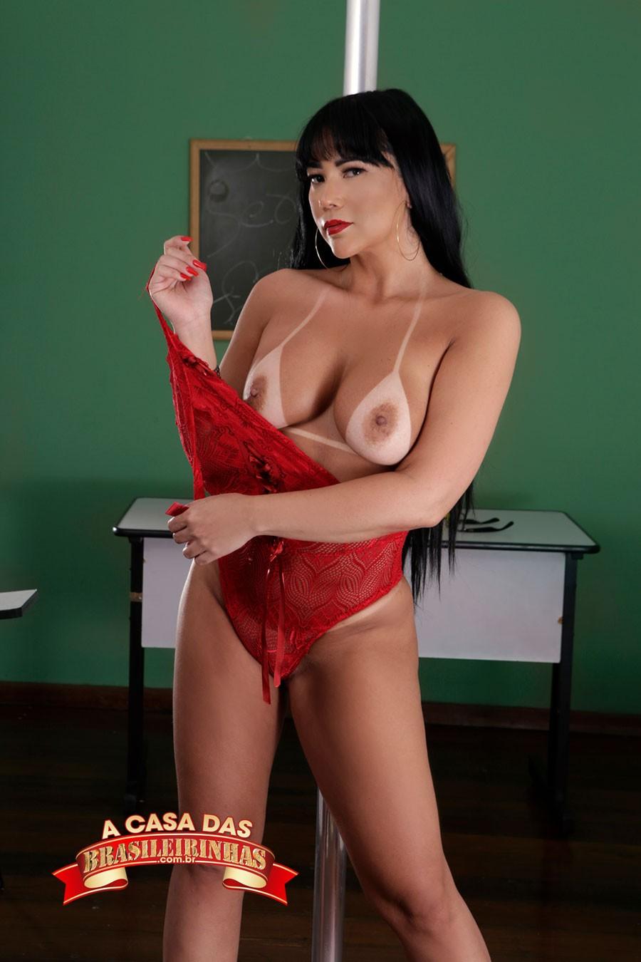 Anne-Midori-tirando-a-roupa.jpg