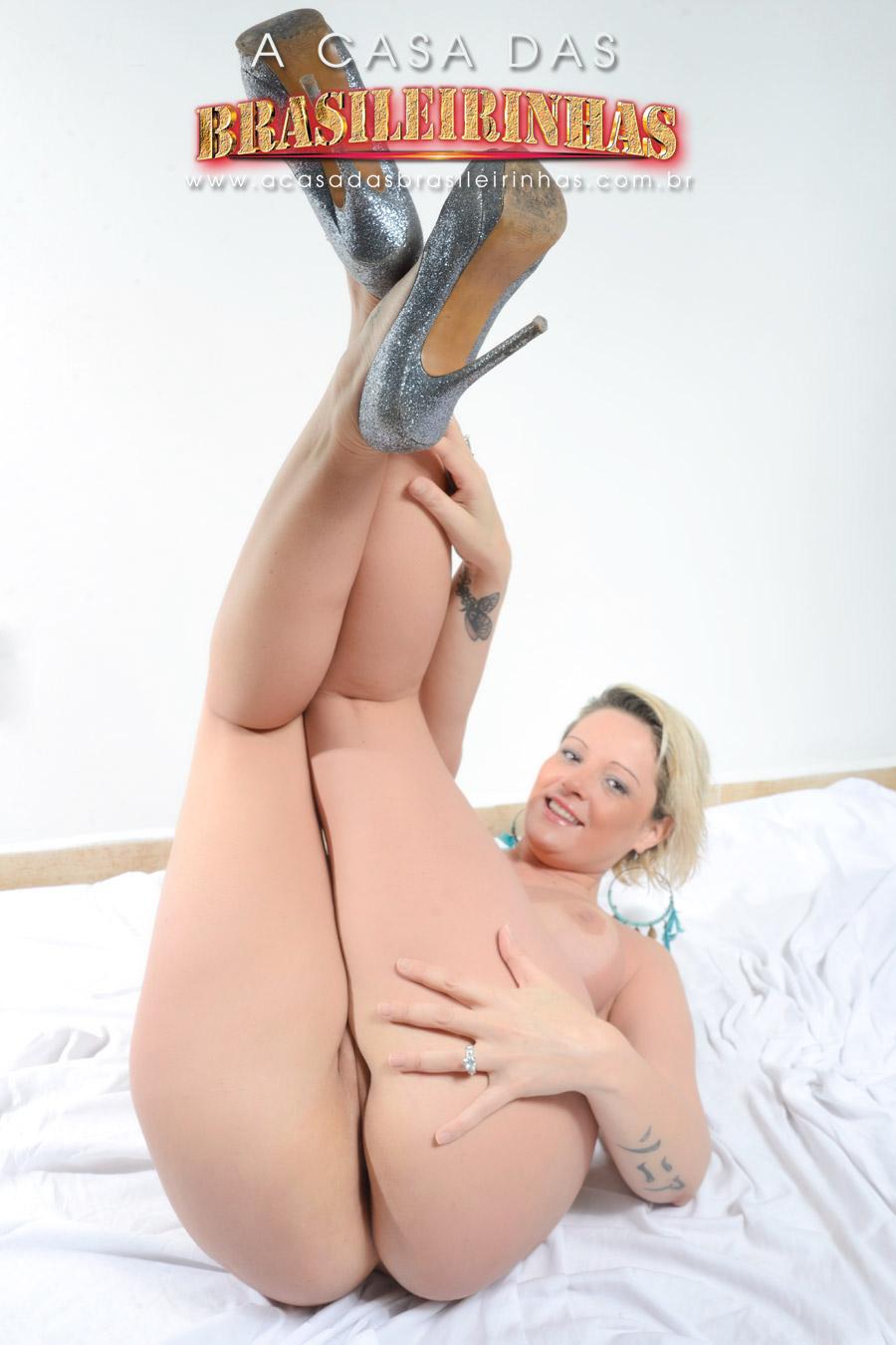 alexia-prado-gostosa-com-as-pernas-pra-cima-mostrando-o-bundao.jpg