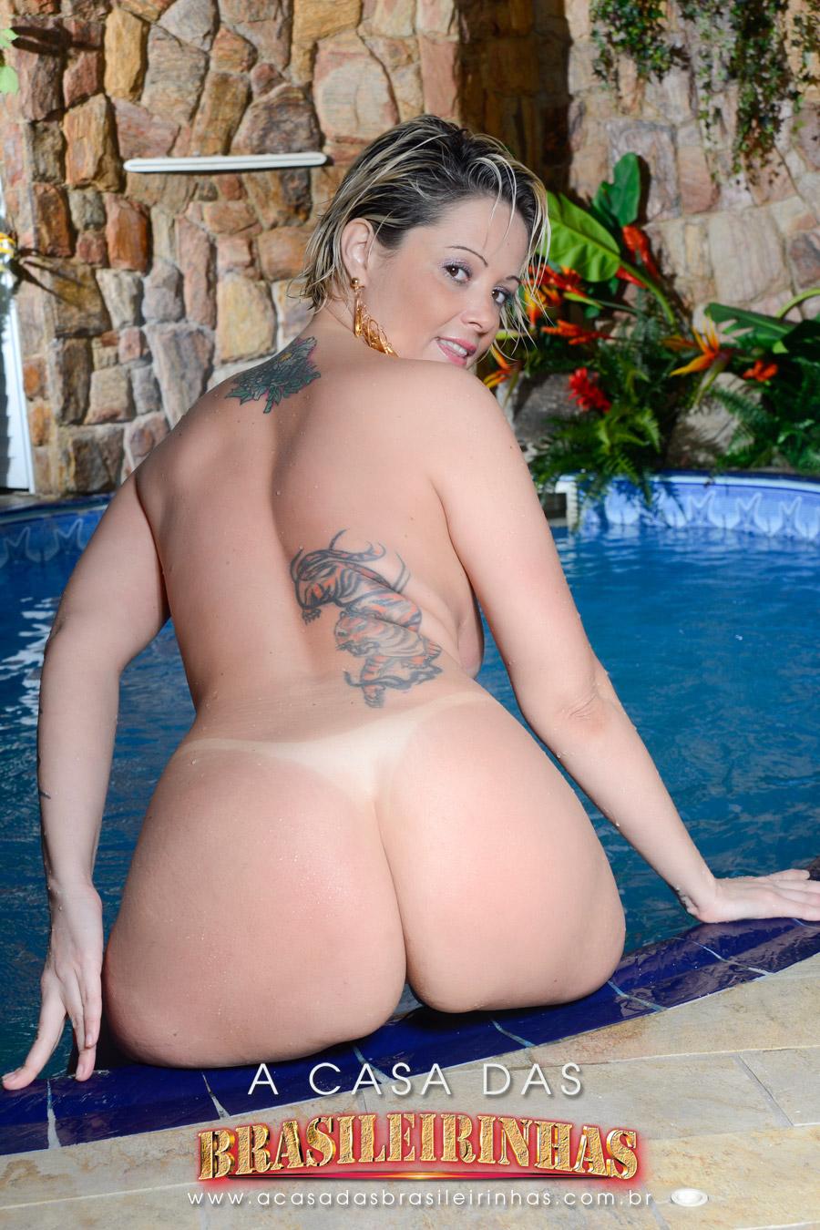 alexia-prado-gostosa-sentada-na-beira-da-piscina-mostrando-o-bundao.jpg
