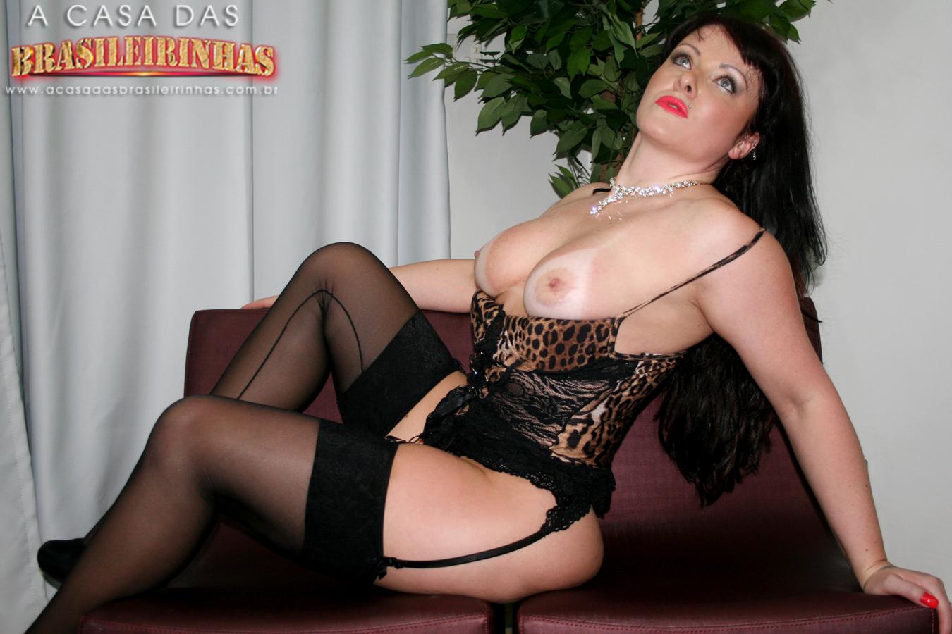 gabriela-portiolli-mostrando-os-peitos-sentada-de-lingerie.jpg