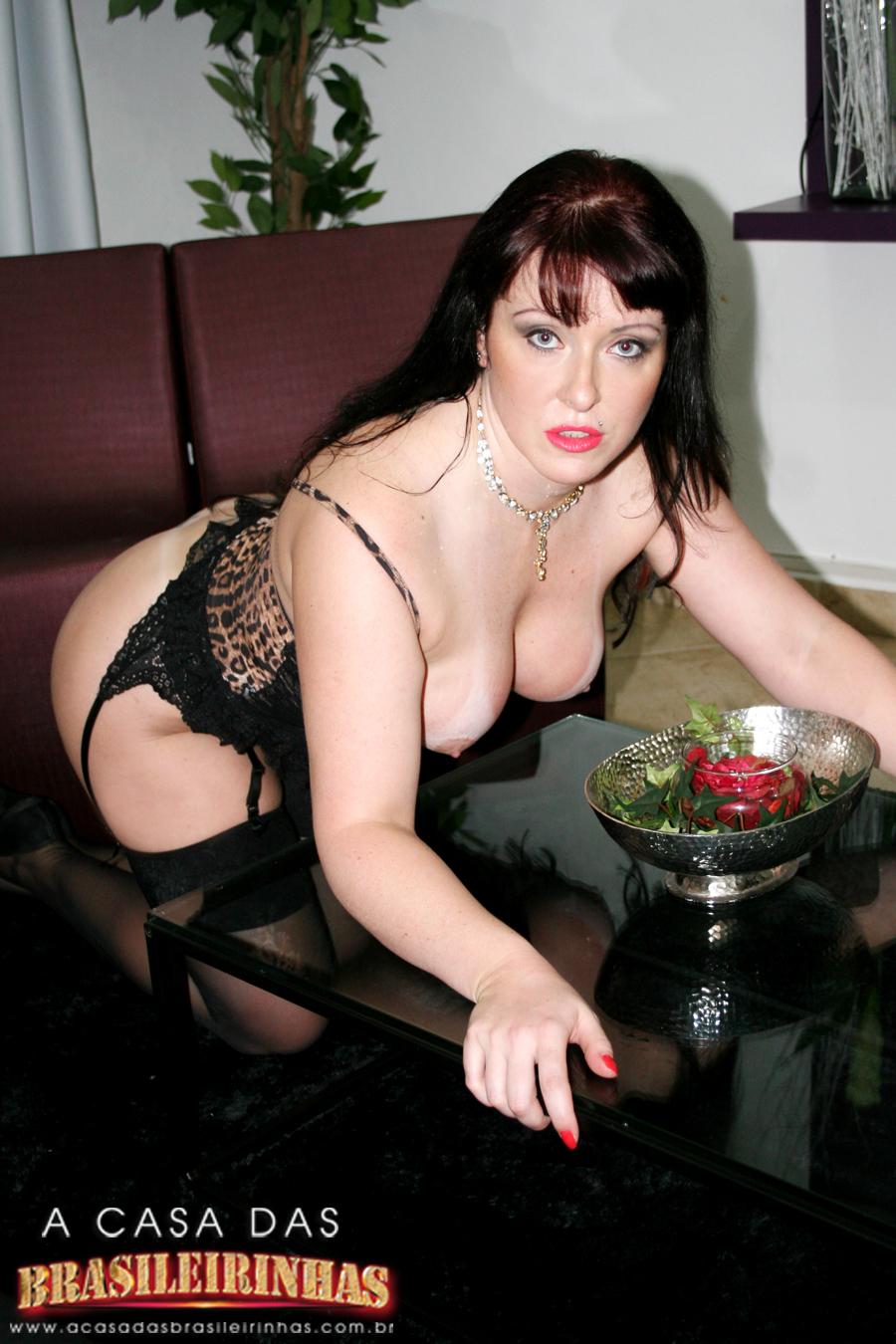 gabriela-portiolli-na-mesa-de-quatro-mostrando-os-peitos.jpg