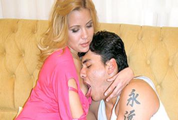 Loira procura cartomante para salvar seu casamento e, para isso, ela é aconselhada a fazer muito sexo anal e deliciosas chupadas!