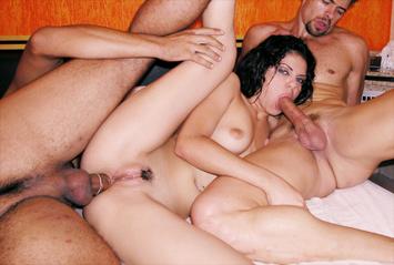 Fabiane Thompson é devorada por dois machos e adora! A morena gosta de um sexo hard e uma pegada forte, faz dupla penetração e toma muita gozada na cara.