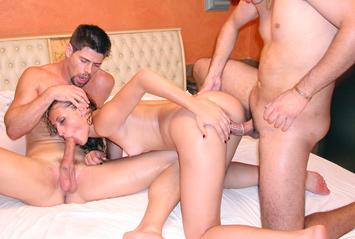 Isso que é tesão! A safadinha estava louca para dar e encarou dois machos de uma só vez. Tesão em dose dupla, anal e muita DP com Bianca Lins.