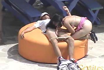 Marmanjo flagra a vizinha traindo o marido com o primo!