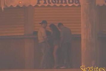 Morena é flagrada dando pra três marmanjos na rua!