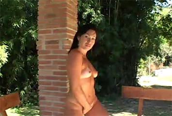 Morena gostosa faz strip e exibe seu corpo perfeito e bronzeado!