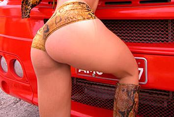 Lésbicas gostosas transando dentro de um carro. Três gostosas conversam, falando que está sedentas por sexo!! Bem safadas, elas ficam na estrada, pedindo carona, só de lingerie!!